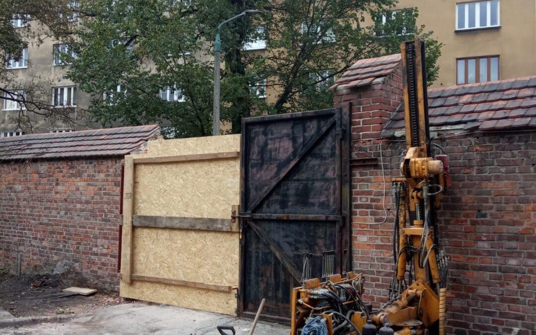 Ruszyły prace przy bramie